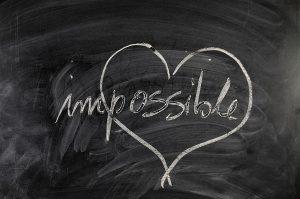 """Palabra """"Imposible"""" escrita en una pizarra dentro de un corazón"""