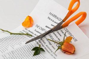 Certificado de matrimonio cortado con unas tijeras