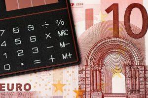 Calculadora sobre billete de 10 Euros